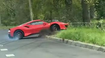 Ilyen könnyű összetörni egy 700 lóerős Ferrarit