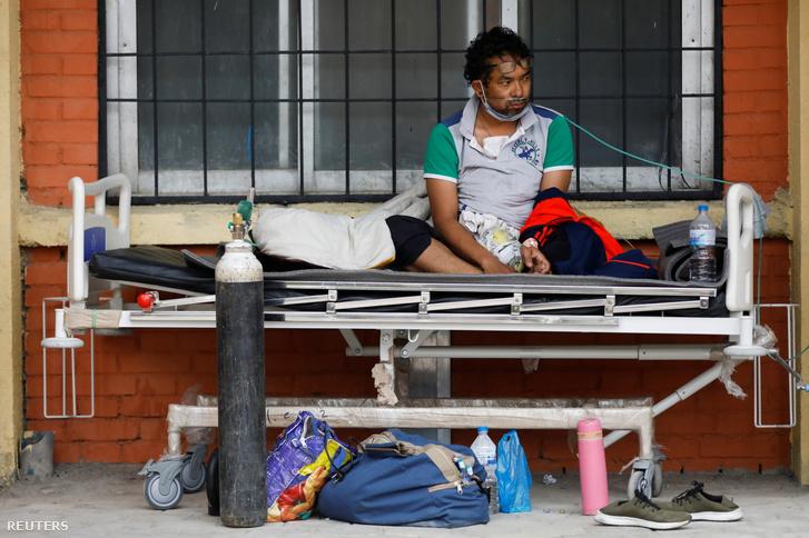 A nepáli főváros, Katmandu egyik kórháza előtt ápolt koronavírusos beteg