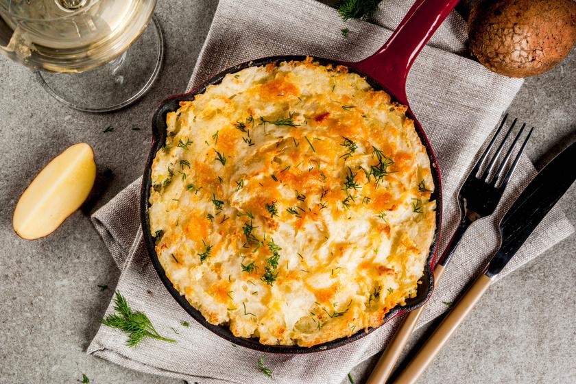 Tepsiben sült krumplipüré vajjal, sajttal dúsítva: ennél krémesebb már nem is lehetne
