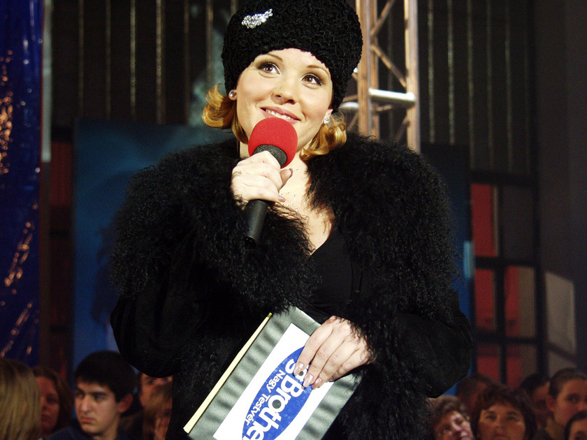 2002. december 22-én befejeződött az első magyar valóságshow, a Big Brother, a Hungexpo területén felépített házból utolsóként Párkányi Éva jött ki. A képen a női műsorvezető, Liptai Claudia.