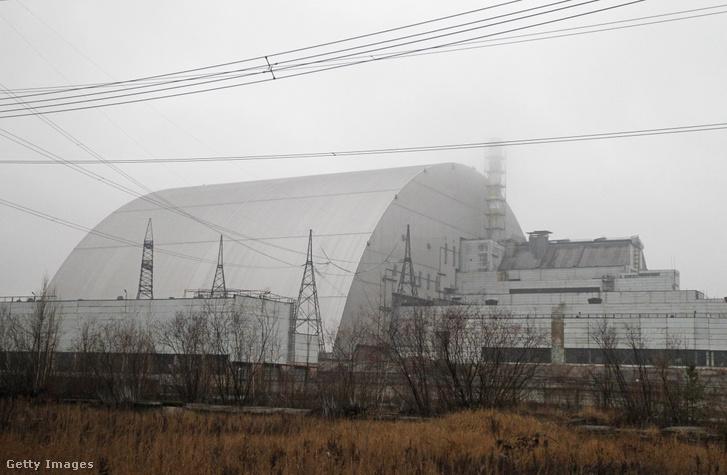 A csernobili négyes reaktor fölé épített betonkupola