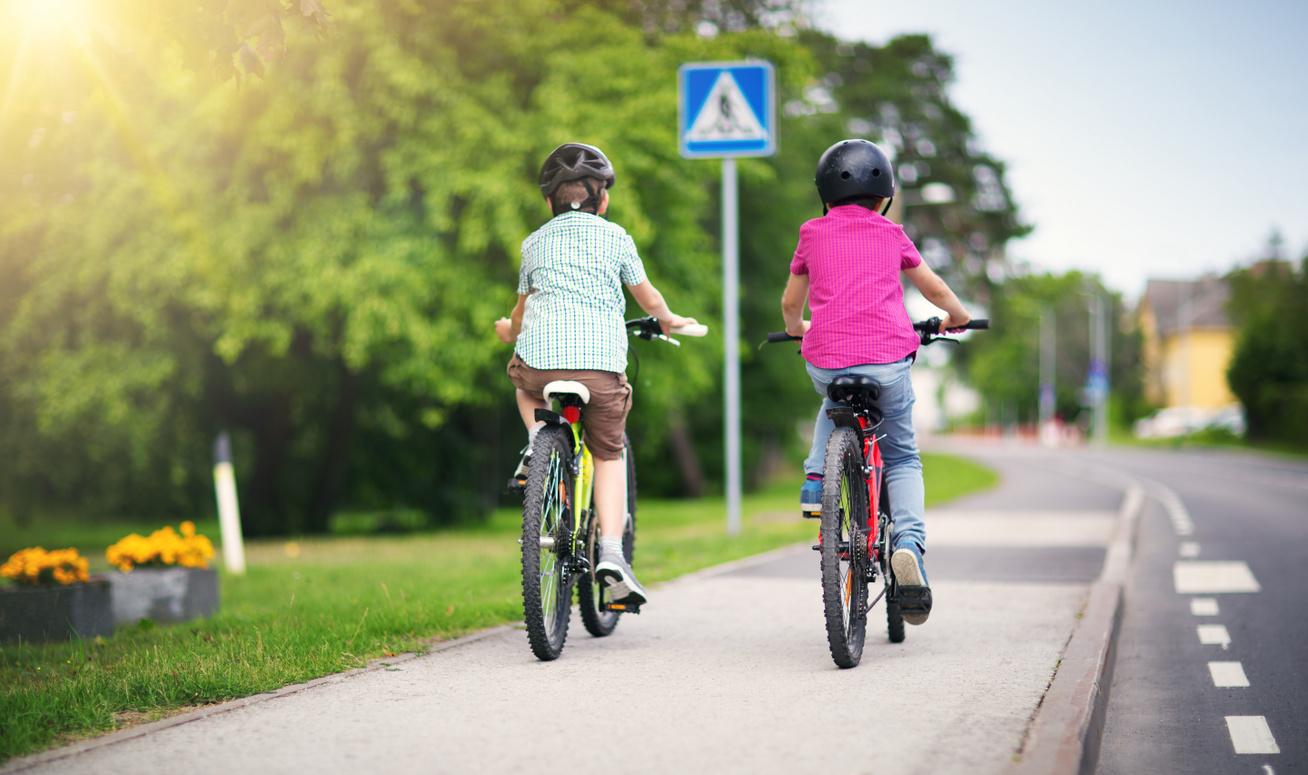 bicikliző gyerekek