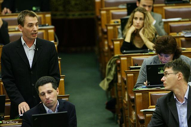 Jávor-Schiffer-Karácsony tengely a parlamentben
