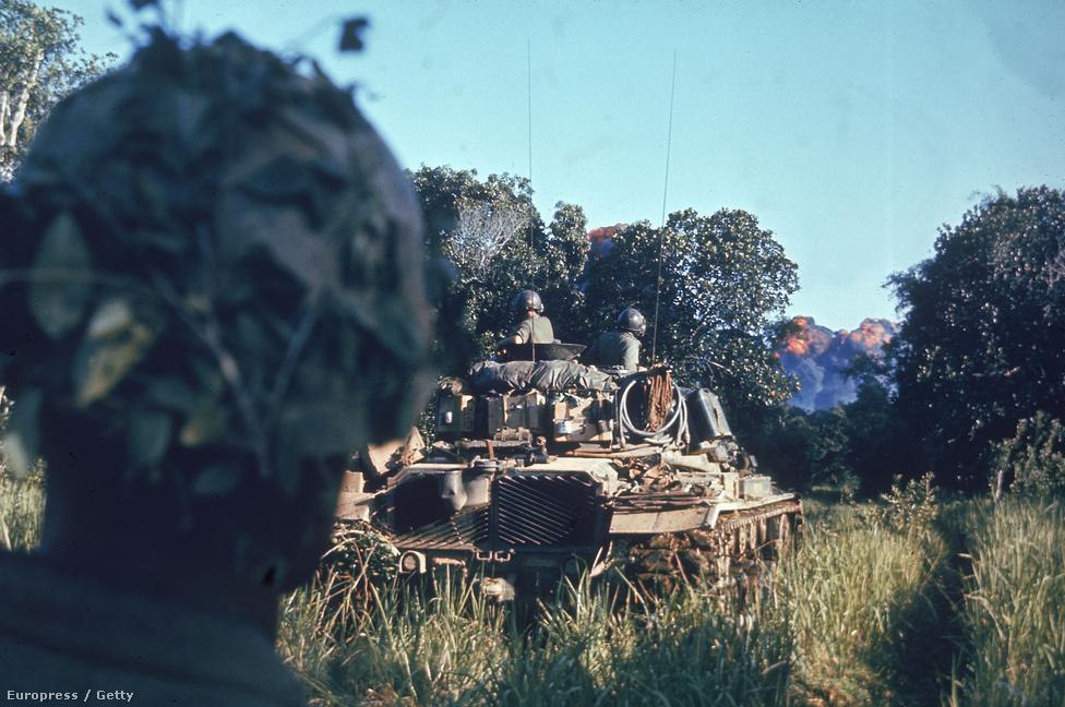 Az 2. tengerészgyalogos zászlóalj katonái egy felderítő küldetésen.