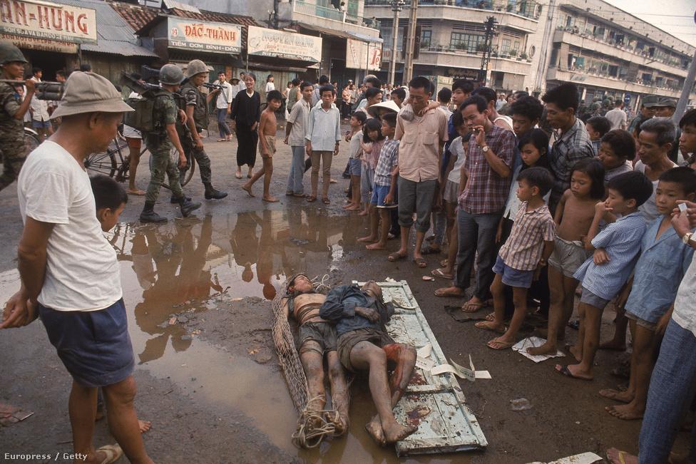 Vietkong harcosok holttestét dobták az utcára elrettentésül egy Dél-vietnami városban.