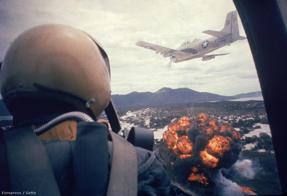 Amerikai bombázók napalmot dobnak egy Vietkong állásra. Burrows távirányítható és időzített kamerákat is szerelt katonai repülőkre .