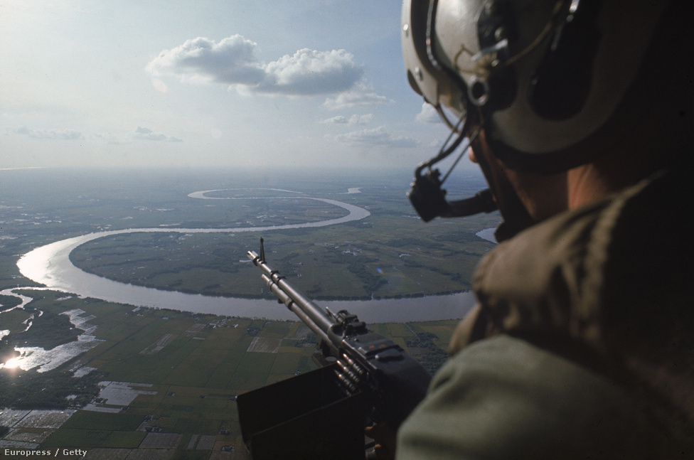 Őrjáraton a Mekong fölött. Burrows leghíresebb vietnami anyaga egy katonai helikopter fedélzetén készült: A Yankee Papa 13' fedélzetén több kört repült egy folyamatos vietkong tűz alatt ingázó csapatszállító helikopterrel, míg az egyik leszállás után kilőtték pilótájukat.