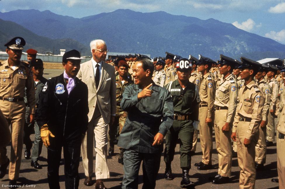 Ellsworth Bunker amerikai nagykövet (h) hivatalos látogatáson vietnamban Nguyen Van Thieu vietnami elnökkel (j).