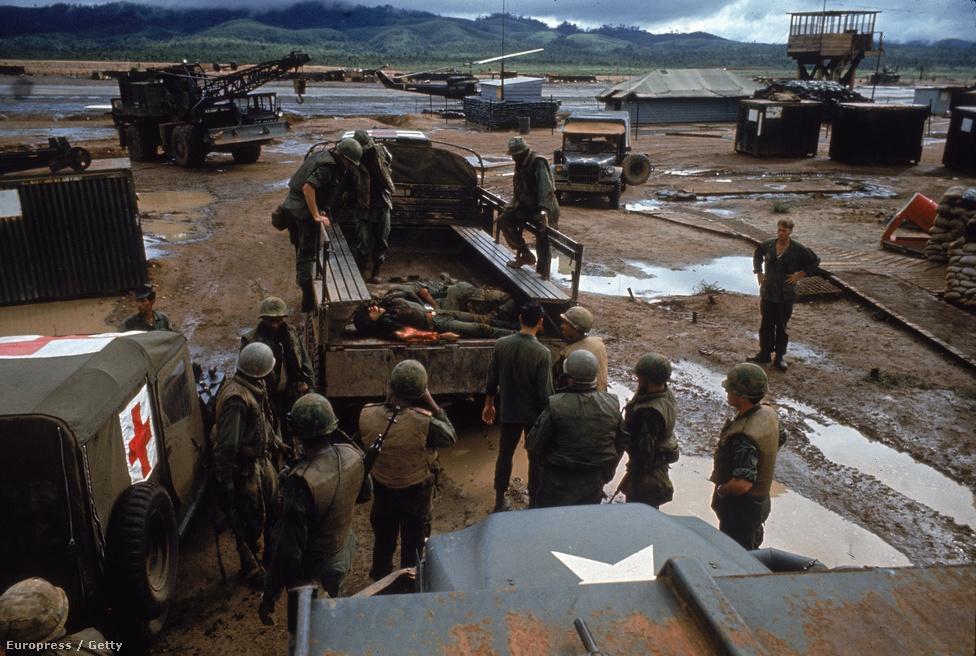 Összeszámolják az amerikai halottakat és sebesülteket egy vietnami rajtaütés után Daktó mellett.