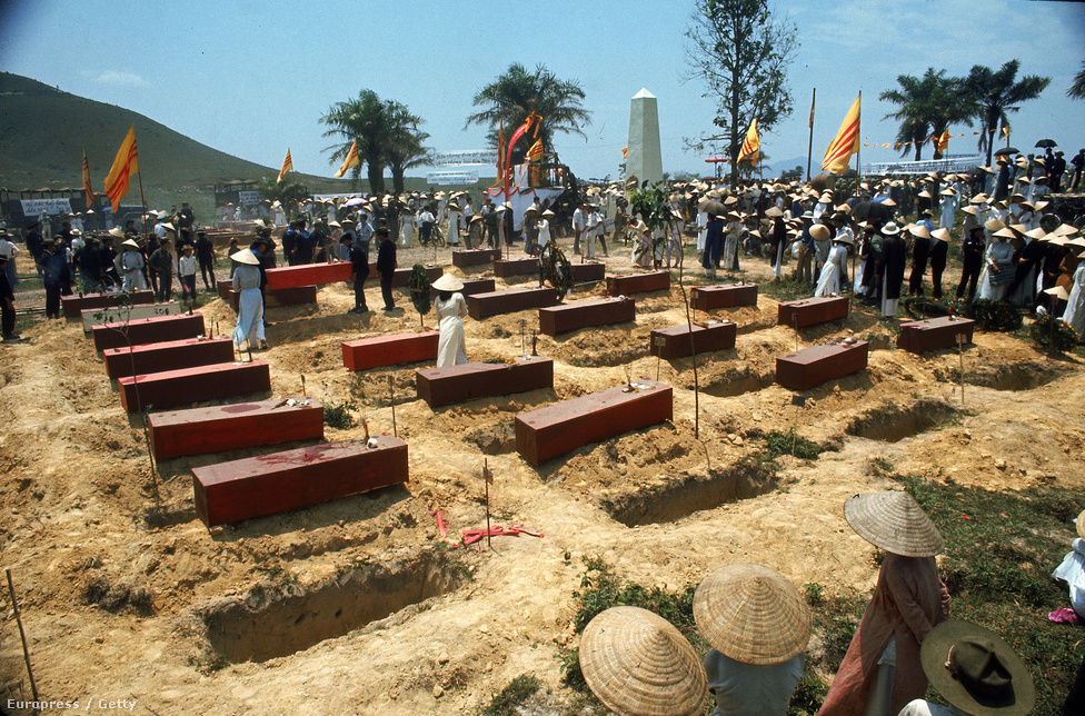 Vietkong mészárlás azonosítatlan halottjait temetik újra a Tet-offenzíva után.