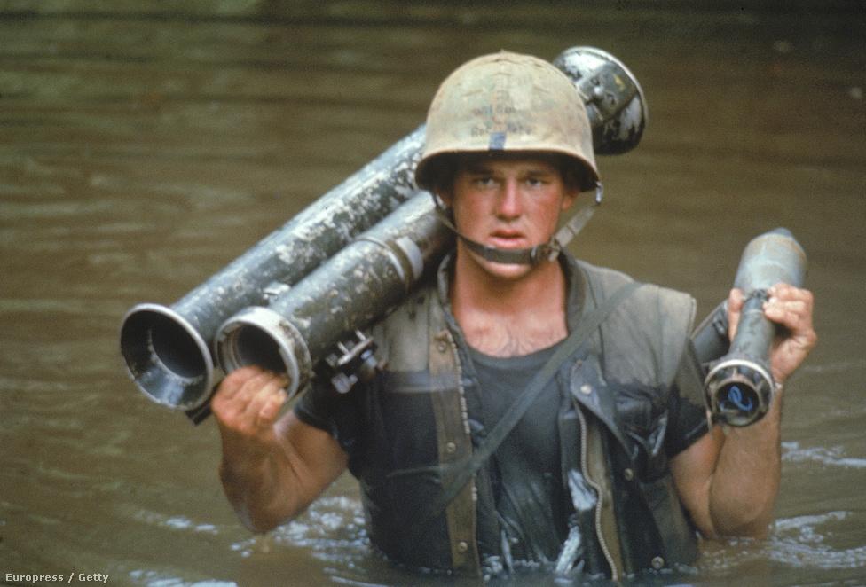 Phillip Wilson közlegény kel át egy folyón, vállán rakétavetőjével.