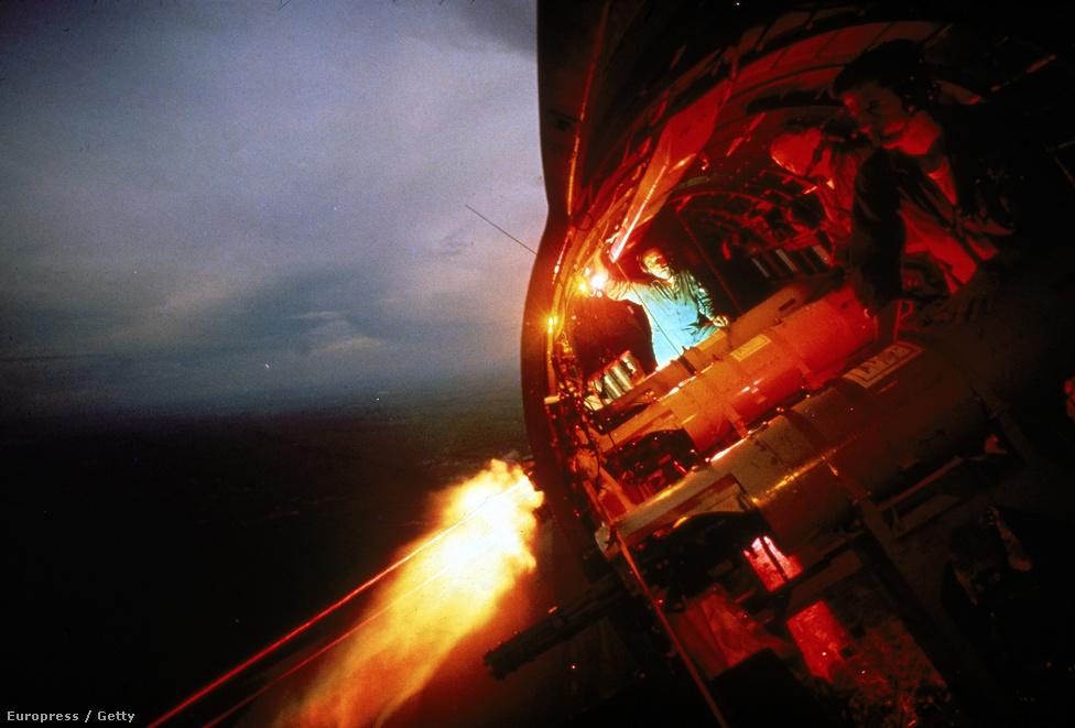 Egy AC-47-es és személyzete éjszakai bevetésen, Vietnam felett.