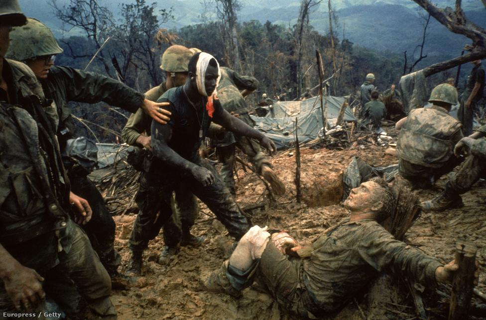 1966. Heves tűzharc túlélői a 484-es dombon,  néhány kilométerre a demilitarizált zónától. Larry Burrows leghíresebb képe Vietnamból. A LIFE magazin Burrows halálhírével együtt közölte a fotót 1971-ben.