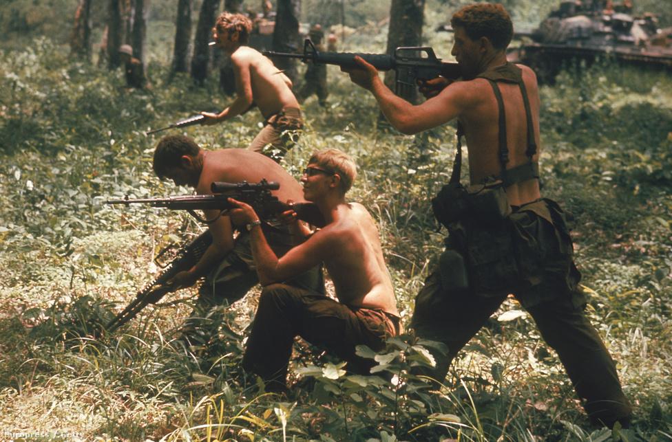 Félmeztelenül harcolnak a 9-es gyalogság katonái valahol a kambodzsai határ közelében.