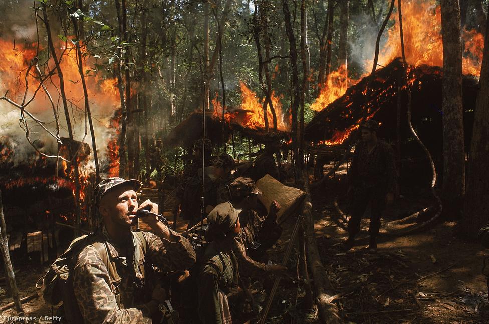 Amerikai különleges egységek katonái számolnak fel egy Vietkong bázist.