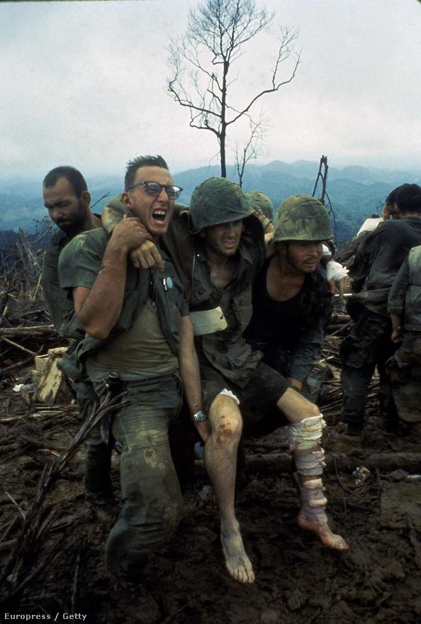 Sebesült társukat cipelő katonák a 484-es dombon.