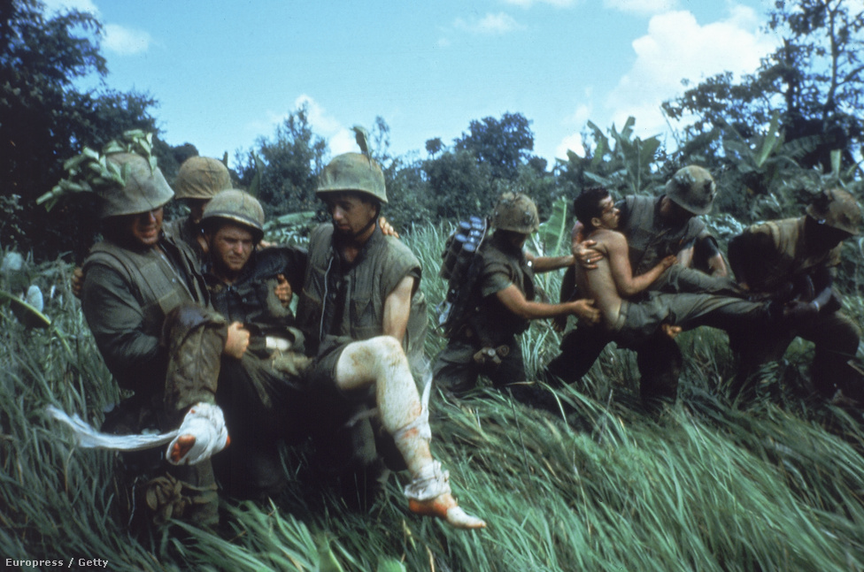 Sebesülteket cipelnek fedezékbe az 1-es tengerészgyalogos hadosztály katonái.