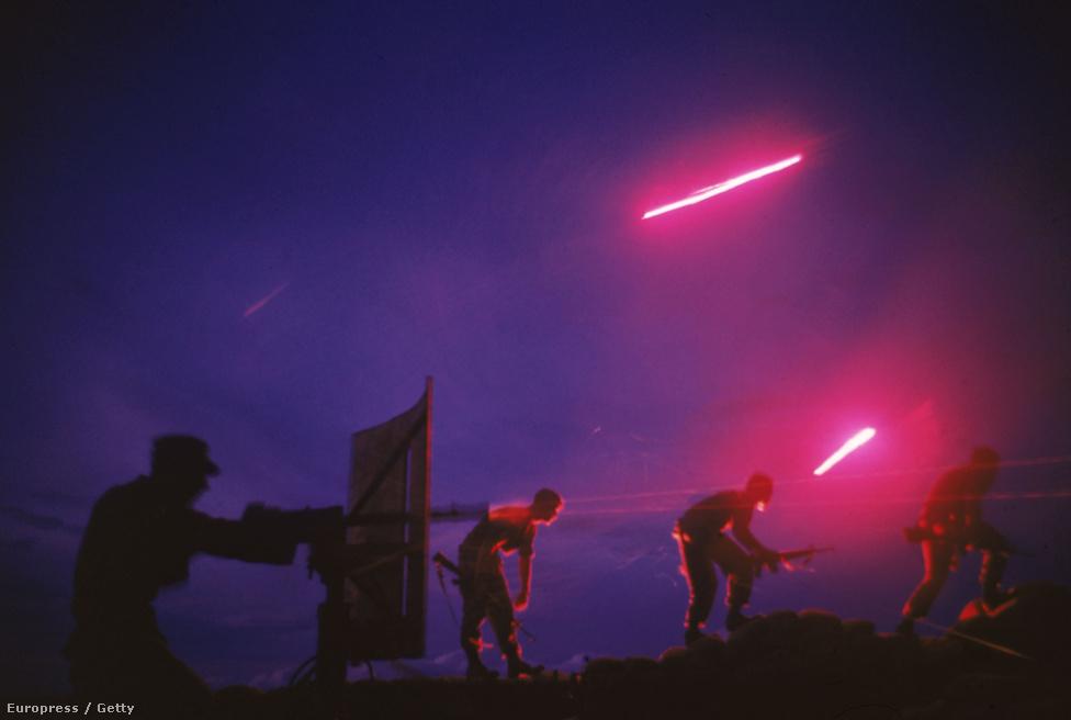 Nyomjelző lövedékek fényében támadnak Dél-vietnami és amerikai katonák.