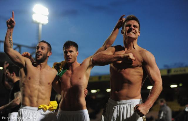 A Luton Town megverte a Norwich Cityt, ezért most ünnepelnek - Kovács János a kép jobb szélén