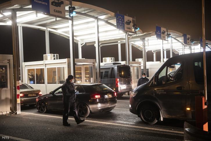 Román és bolgár gépjárművek lépik át a nagylaki határátkelőhelyet 2020. március 18-án. A koronavírus-járvány terjedésének megfékezése érdekében életbe lépett korlátozó intézkedések miatt az osztrák oldalon feltorlódott román és bolgár állampolgárok március 18-án hajnalig kelhetnek át Magyarországon az erre a célra kialakított humanitárius folyosón