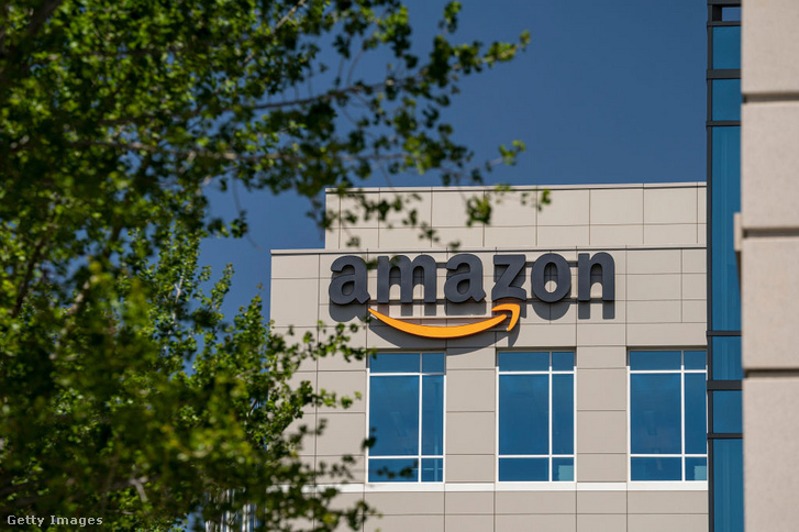 Az Amazon logója egyik épületének homlokzatán