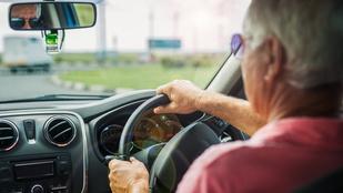 Egy bepöccent brit nyugdíjas el akarta gázolni a szomszédját, de helyette saját feleségét ütötte el