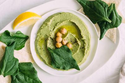 Isteni finom zöld hummusz friss spenóttal, újhagymával és petrezselyemmel