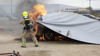 A tűzoltó takaró lehet a megoldás a villanyautós tüzekre