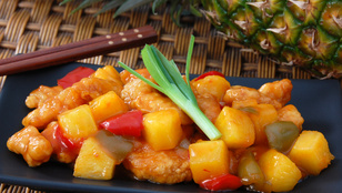 Készítsd ázsiai hangulatban: csirkemell ananászos-szójaszószos raguban