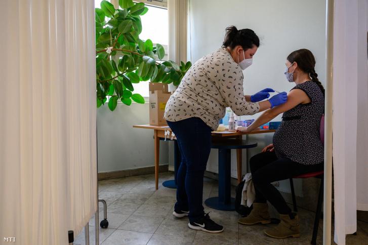 Egy várandós nő megkapja a Pfizer-BioNTech koronavírus elleni vakcinájának első adagját a Fejér Megyei Szent György Egyetemi Oktató Kórházban Székesfehérváron 2021. április 2-án
