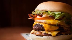 Még egy ötlet marhahúsos receptekre: klasszikus sajtburger a titkos szósszal