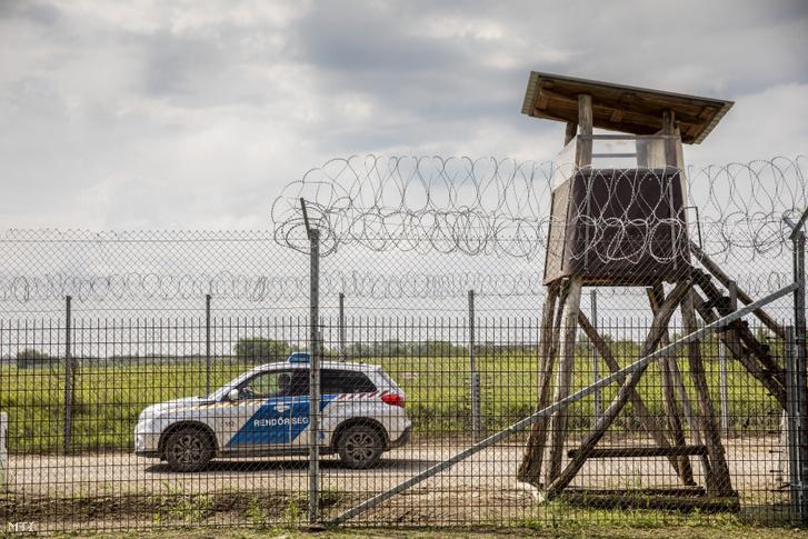 Egy rendőrségi autó halad a határzáron Röszke közelében a magyar-szerb határnál 2020. augusztus 6-án.
