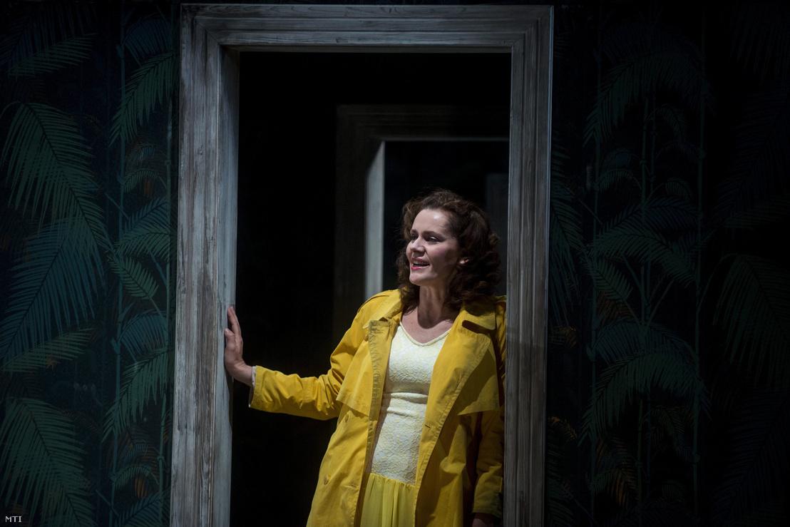 Kerekes Viktória (k) a nő szerepében Arthur Miller Az ügynök halála című drámájának próbáján a budapesti Örkény Színházban 2016. május 31-én