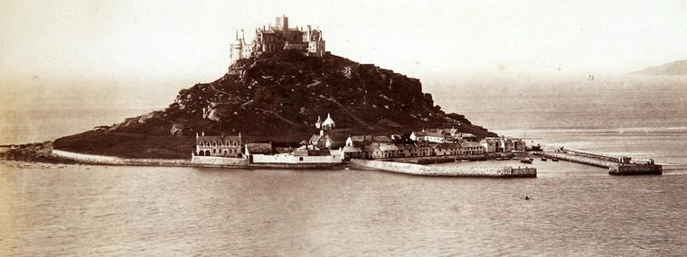 A sziget a parttól nagyjából 500 méterre található