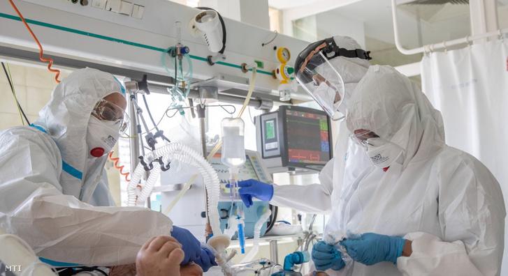 Intenzív terápiás szakápolók dolgoznak az orosházi Dr. László Elek Kórház és Rendelőintézet Aneszteziológiai és intenzív Terápiás COVID-osztályán 2021. április 23-án.