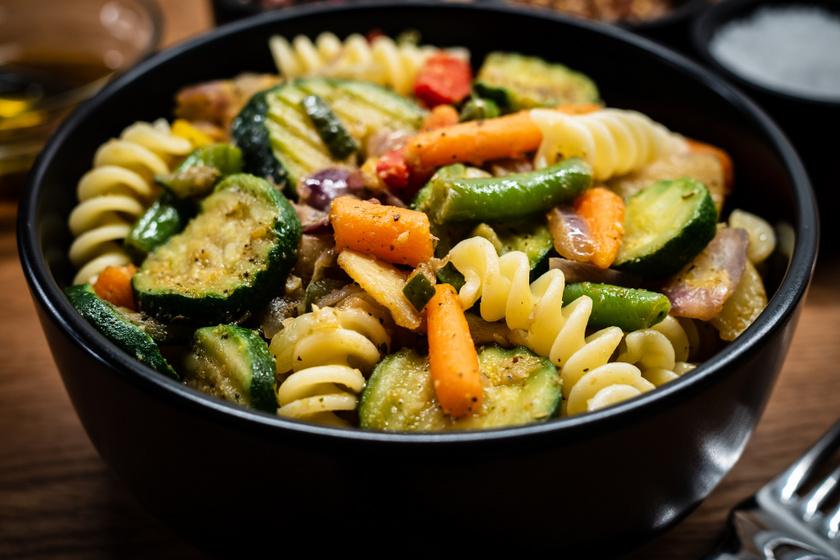 Csirkés, zöldséges tészta: olívás öntettel még finomabb