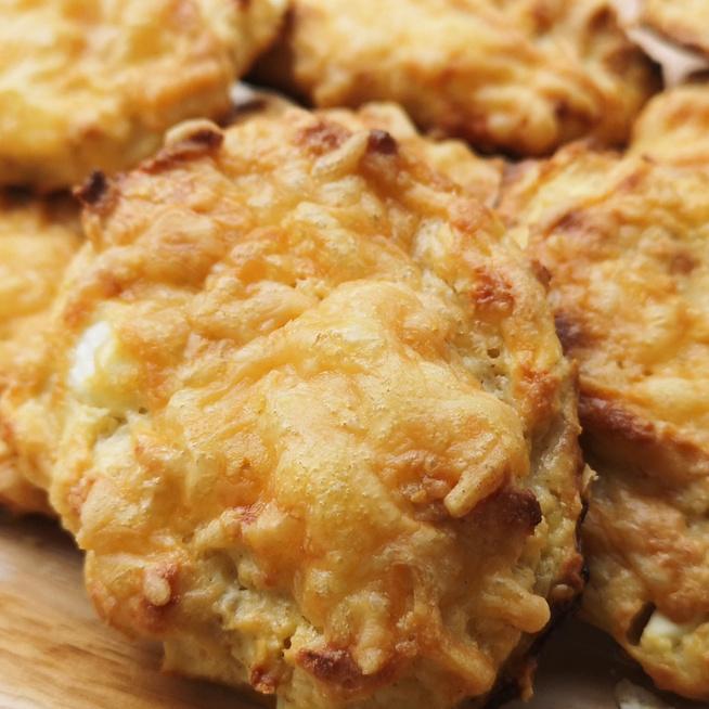 Egyszerű pogácsa túróval és zabpehellyel - Csak keverd be a tésztát és mehet a sütőbe