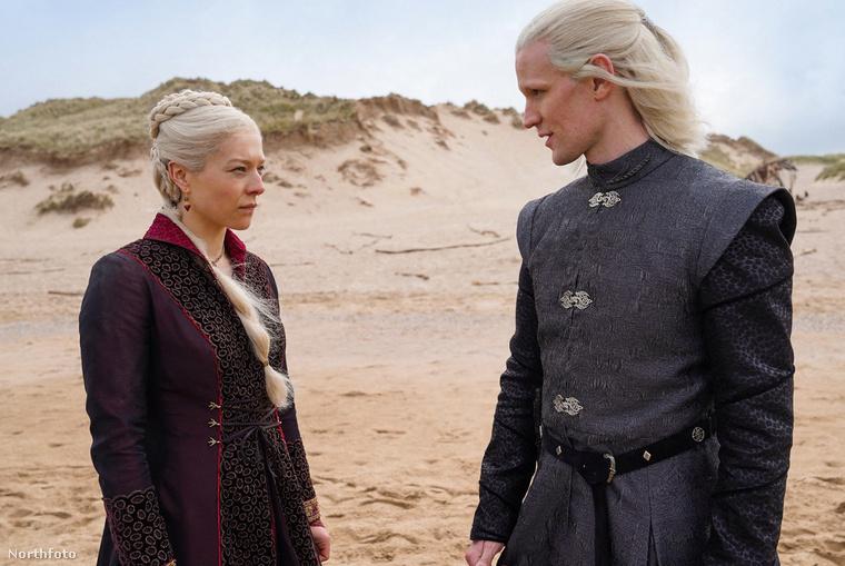 Mert íme, egy hivatalos promófotó is: Emma D'Arcy színésznőt Rhaenyra Targaryen, míg Matt Smitht Daemon Targaryen szerepében láthatják itt. (Maga a sorozat a Trónok harca története előtt néhány századdal játszódik, és a Targaryen-ház történetére koncentrál.)