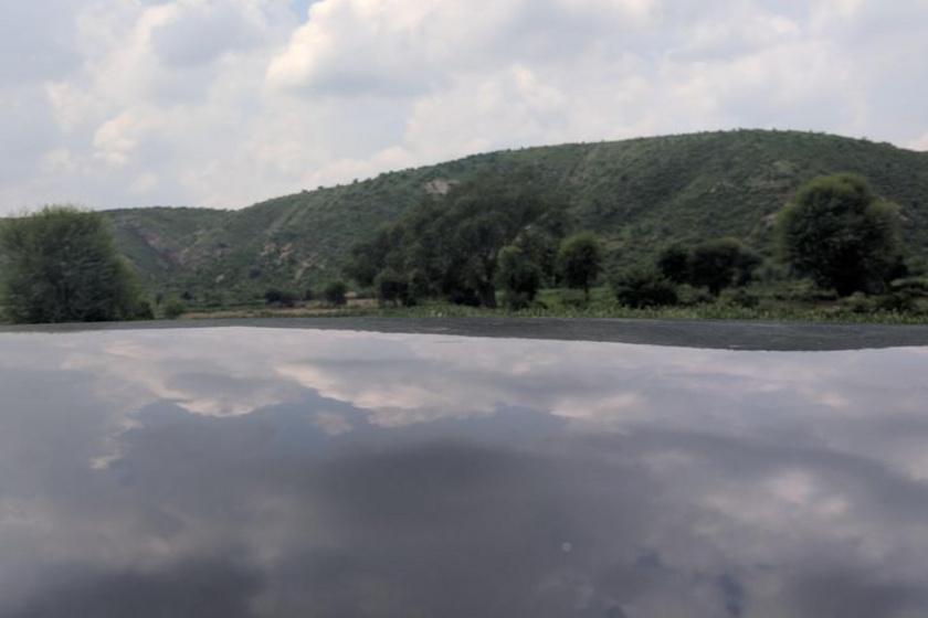 Úgy tűnik, mintha egy tó lenne a dombok ölelésében, nem igaz? A valóságban a tó egy autó teteje.