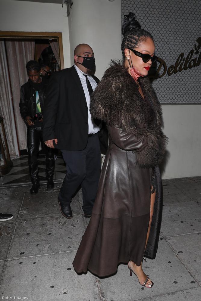 És végül ez a kép most áprilisi, és újabb bizonyíték arra, hogy Rihanna A$AP Rockyval jár: az énekesnő látható a jobb oldalon, a kép előterében, a rapper a bal oldalon hátul jön ki az ajtón