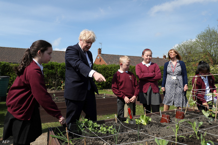 Boris Johnson miniszterelnök látogatást tesz egy iskolában, május 13-án.