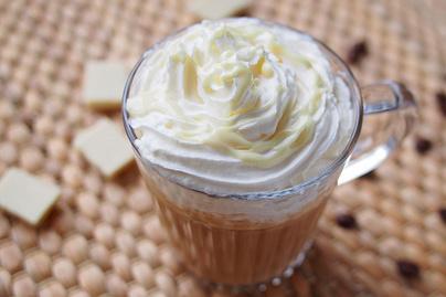 Mennyei, fehér csokis jegeskávé: tejszínnel készítve még krémesebb