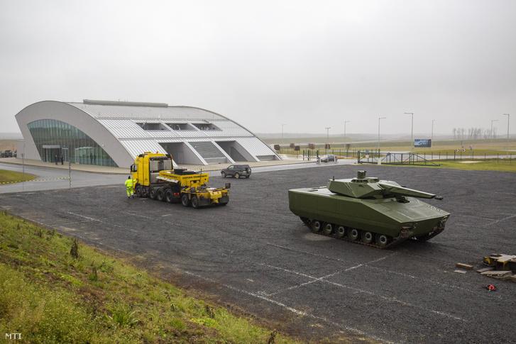 Lynx gyalogsági harcjármű a zalaegerszegi ZalaZone Járműipari Tesztpálya fogadóépülete közelében 2020. december 17-én