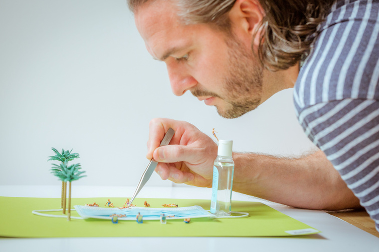 Az ismert fotós, David Gilliver mini világokat hoz létre 2 cm-es figurákkal gyümölcsökből, zöldségekből és a háztartása egyéb tárgyaiból.
