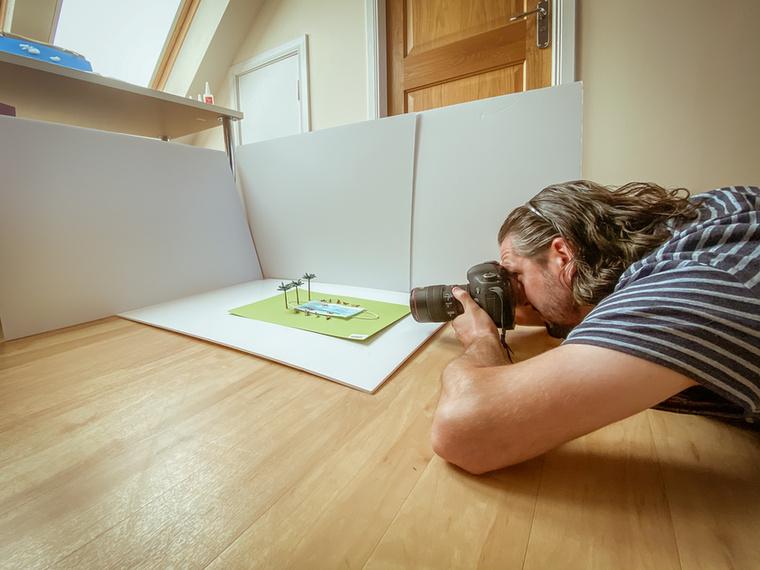 A 41 éves művész száz diorámát rendezett 2021 első napjától április 10-ig