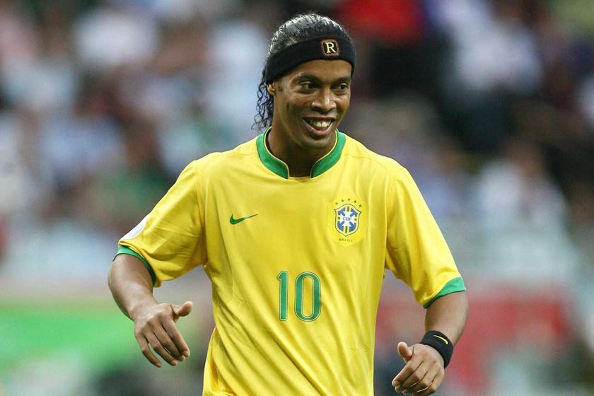 Emlékszel a brazil focicsillagra, Ronaldinhóra? A 41 éves sportoló mellett ma lehet, elsétálnál az utcán
