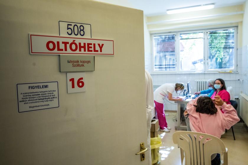 Oltóhely a Békés Megyei Központi Kórház Dr.Réthy Pál Tagkórház egyik oltópontján Békéscsabán.