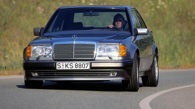 Sorhatos és négyhengeres motorokra tervezték a W124-es karosszériáját, de a Mercedes-Benz szeretett volna egy izmos változatot az 5,0 literes V8-assal, ezért az autót kicsit kiszélesítették, hogy elférjen alatta a szintén szélesebb futóművet kívánó hajtás