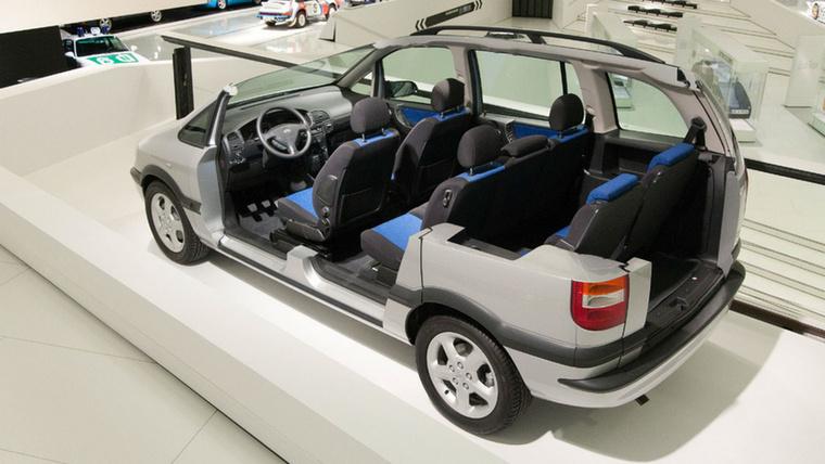 Akármennyire is hihetetlen, ez itt tényleg egy első generációs, hétüléses Opel Zafira a Porsche Múzeumban