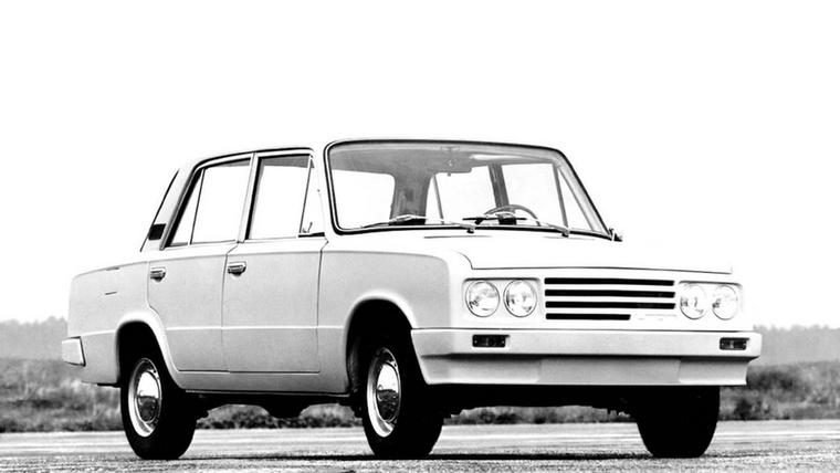 Meghagyták a 2103-as dupla kereklámpáit, de a forma letisztultabb lett az új lökhárítókkal és az aszimmetrikus hűtőmaszkkal, de átdolgozták a motorját, a belterében pedig öntött plasztik műszerfal és Lada feliratos Porsche kormány van